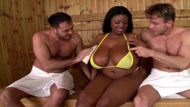 Negra peituda dando pra dois na sauna - Maserati