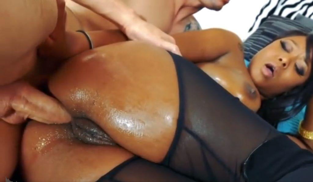 Comendo a negra da buceta gigante