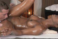Negra gostosa dando para o massagista